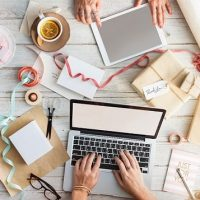 wordpress ONDERHOUD - foto van mensen die samenwerken met laptop en tablet